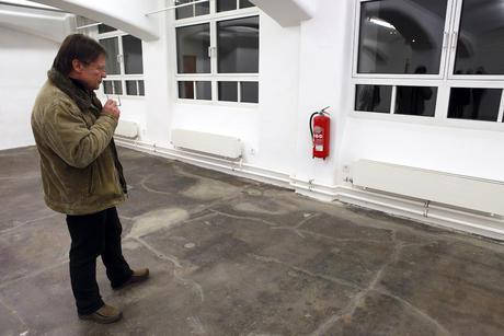 Kunstgalerie: Mann, Rot betrachtend